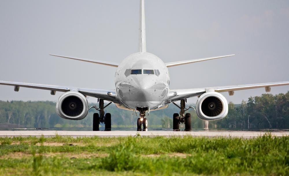 Vista frontal do avião antes da decolagem