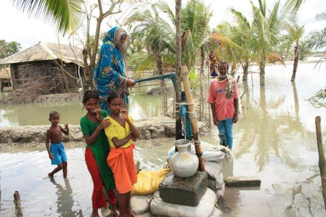 64829_verhoogdewaterpompinBangladeshnacycloonAila.jpg